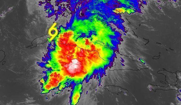 Las áreas nubosas con lluvias fuertes se concentraron a la derecha del centro de circulación. Imagen del satélite GOES 16, NOAA.
