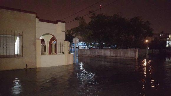 En zonas bajas de la ciudad de Cárdenas, Matanzas, se produjeron inundaciones durante la tarde-noche del 28. Foto cortesía del meteorólogo Henry Delgado Manzor.