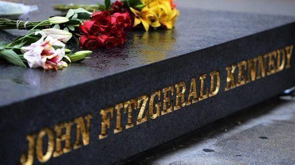 Imagen de varias ofrendas florales sobre el memorial del expresidente estadounidense John F. Kennedy. Foto: EFE.