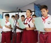 """Pioneros de escuela primaria Ejército Rebelde se unieron al homenaje, recitando en conjunto la poesía """"Che Comandante, amigo"""", de Nicolás Guillén. Foto: Darío Gabriel Sánchez García."""