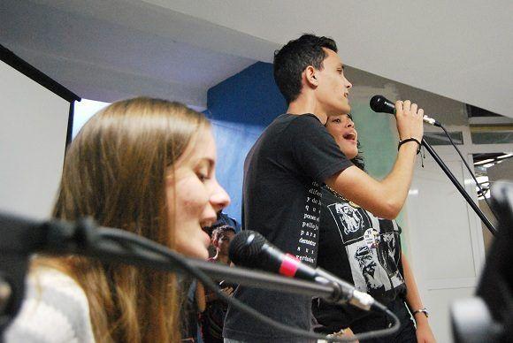 """El movimiento de artistas aficionados de la Facultad interpretó canciones como """"Son los sueños todavía"""", """"Candil de Nieve"""" y """"El viento eres tú"""". Foto: Albo Javier Peña."""