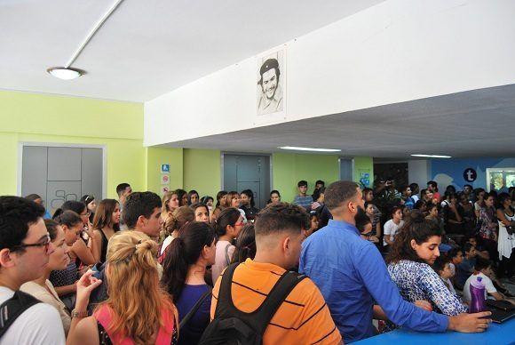 Poco a poco, se hizo pequeño el lobby para los que se sumaban al homenaje. Foto: Albo Javier Peña.