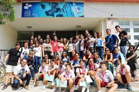 Este lunes la Facultad de Comunicación de la Universidad de La Habana tiene una nueva foto en su archivo. Es esta, que se tomó para rendir tributo al eterno guerrillero, el Che. Foto: Darío Gabriel Sánchez García.