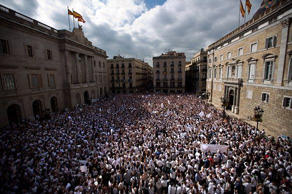 Manifestantes en la plaza de Sant Jaume, Barcelona, piden a la clase política que se sienten a dialogar. Foto: Tomada de AP.