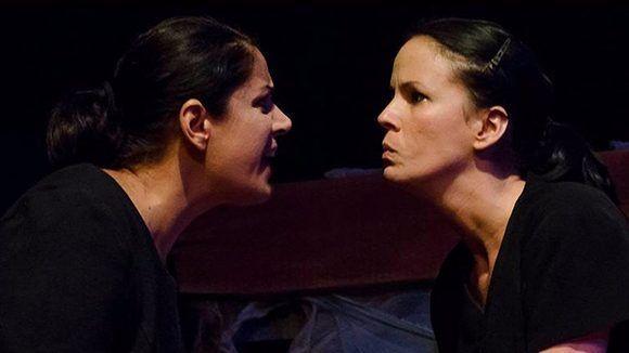 En la obra El oeste solitario, las actrices Beatriz Viñas (izquierda) y Maridelmis Marín bordan esas terribles hermanas que intepretan. Foto: Ismael Almeida/ Juventud Rebelde.