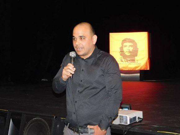 Cónsul cubano habla en acto de homenaje al Che en el Barrio obrero del Cerro en las afueras de Montevideo. Foto: Juan Carlos