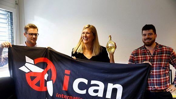 Beatrice Fihn, directora ejecutiva de la Campaña Internacional para Abolir las Armas Nucleares, celebra el premio con su esposo Will Fihm Ramsay (derecha) y el coordinador de la organización, Daniel Hogsta. Foto: Reuters/ Denis Balibouse.