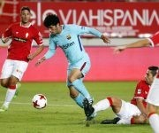 Carles Aleñá disputa un balón. Foto: @FCBarcelona_es.