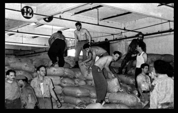 """El Ministro de Industrias de Cuba, Comandante Ernesto """"Che"""" Guevara, durante un domingo de trabajo voluntario como estibador en los muelles de la Terminal Marítima Mámbisa. La Habana, Cuba"""