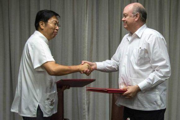Chen Xi (I.), embajador de China en Cuba y Rodrigo Malmierca Díaz (D), ministro de Comercio Exterior y la Inversión Extranjera (MINCEX) firman nuevos acuerdos. Foto: Abel padrón/ ACN.