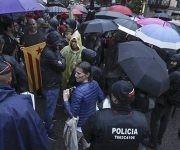 Bajo lluvia, los catalanes siguen manifestándose. En la imagen, Concentración de la CUP ante la Delegación del Gobierno para protestar contra el encarcelamiento de los presidentes de ANC y Òmnium. Foto: Joán Sánchez/ El País.