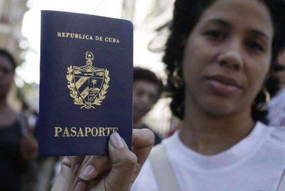 Una cubana muestra su pasaporte. Foto: Enrique de la Osa/ Reuters.