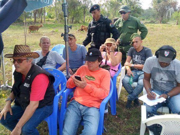 Día de rodaje (parte del equipo de realización de la serie UNO, entre ellos directores, asesores, editores y guionistas). Foto cortesía de los entrevistados.