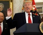 El presidente Donald Trump, en segundo plano su secretario Wilbur Ross. Foto: Kevin Lamarque/ Reuters.