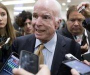 El senador republicano por Arizona John McCain hablando con la prensa en uno de los túneles del Senado. Foto: Agencias