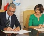 Embajador Andrea Ferrari firma la entrega del donativo. Foto: Prensa Latina.