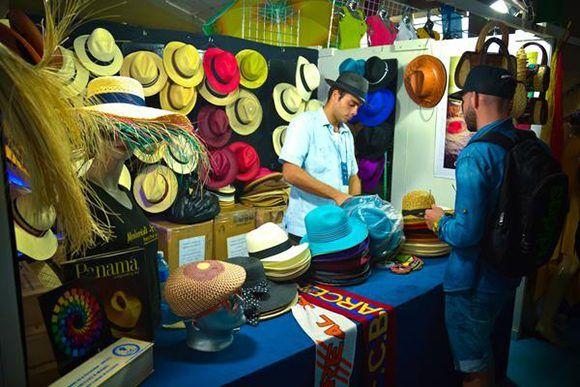 Jornada de expoventa en la Feria Iberoamericana de Artesanía Iberoarte 2017, espacio de intercambio cultural entre pintores, talladores, artesanos y diseñadores del mundo, en el recinto ferial Expo Holguín, en la ciudad de Holguín, Cuba Foto: Juan Pablo Carreras7 ACN.