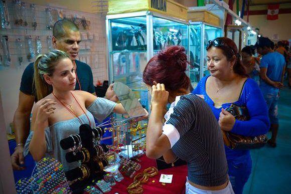 Jornada de expoventa en la Feria Iberoamericana de Artesanía Iberoarte 2017, espacio de intercambio cultural entre pintores, talladores, artesanos y diseñadores del mundo, en el recinto ferial Expo Holguín, en la ciudad de Holguín. Foto: Juan Pablo Carreras7 ACN.