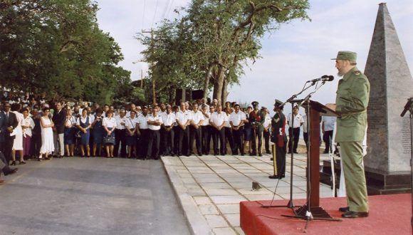 Pronuncia discurso durante un acto político en Bridgetown, Barbados, en conmemoración por el Crimen de Barbados, 1 de agosto de 1998. Foto: Estudios Revolución/ Fidel Soldado de las Ideas