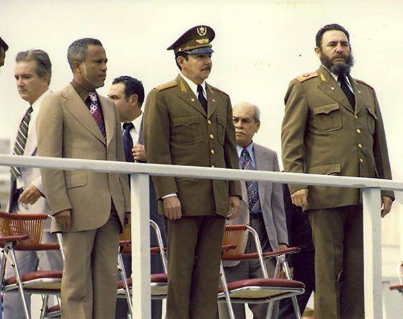 Junto a Raúl Castro durante el acto de masas y la velada solemne en honor a las víctimas del sabotaje aéreo del avión de Cubana de Aviación en Barbados perpetrado por terroristas mercenarios pagados por Estados Unidos, 15 de octubre de 1976. Foto: Fidel Soldado de las Ideas