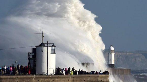 Enormes olas en la costa de Gales provocadas por Ofelia. Foto: Reuters.