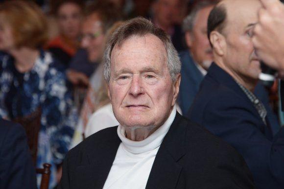 Esta es la segunda acusación que menciona a George Bush padre como implicado. Foto: @kim_ugh.