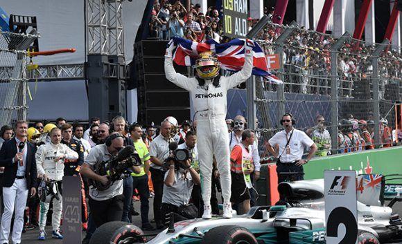 Hamilton celebra su cuarto campeonato de Fórmula 1. Foto:  Yuri Cortez / AFP
