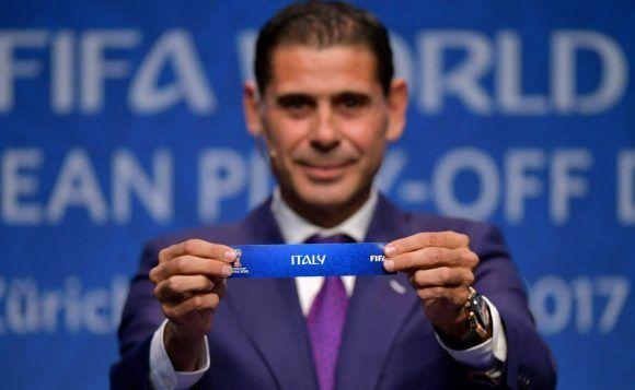 El otrora capitán del Real Madrid, Fernando Hierro, muestra la papeleta de Italia.