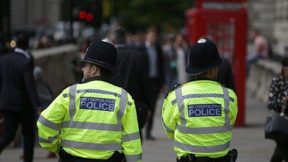 Hombre armado toma rehenes en el centro de Inglaterra