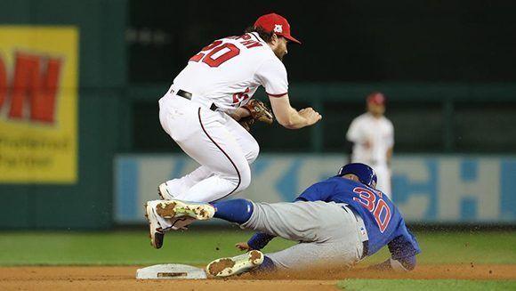 Jon Jay, uno de los más destacados al madero de los Cubs rompe un doble play ante Daniel Murphy. Foto: Chicago Tribune.