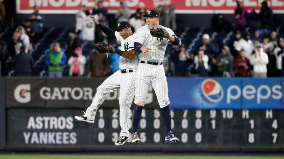 Jugadores de los Yankees celebran el triunfo en el tercer partido. Foto: @Yankees.