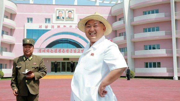 Kim Jong-un frente a la casa cuna y orfanato de Wonsan en una imagen de junio del 2015. Foto: KCNA.