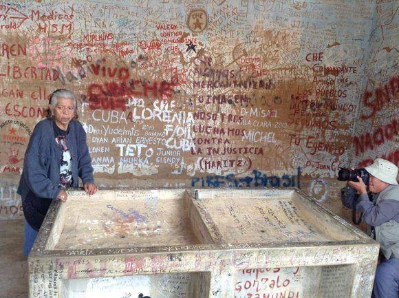 La mujer que lavó el cuerpo del Che. Foto: Delegación de jóvenes cubanos presentes en Bolivia en el 50 aniversario
