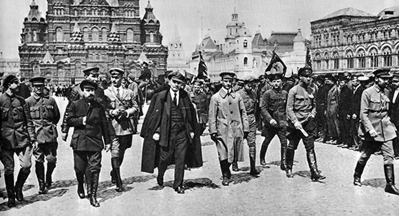 Lenin, en el centro, en un desfile en la plaza roja de Moscú el 25 de mayo de 1919. Foto: Heritage.