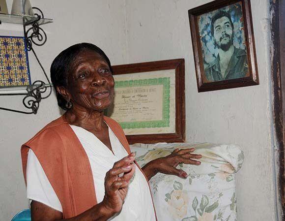 Lina Vázquez Anderson habla sobre la visita del Che a la fábrica de alambres con púas de Nuevitas. Foto: Orlando Durán H./ Cubadebate.