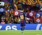 Lionel Messi, en el estadio Camp Nou, mientras hinchas del Barcelona agitan banderas a favor de la independencia catalana durante un partido ante el Eibar, el 19 de septiembre de 2017. Foto: Albert Gea / Reuters.