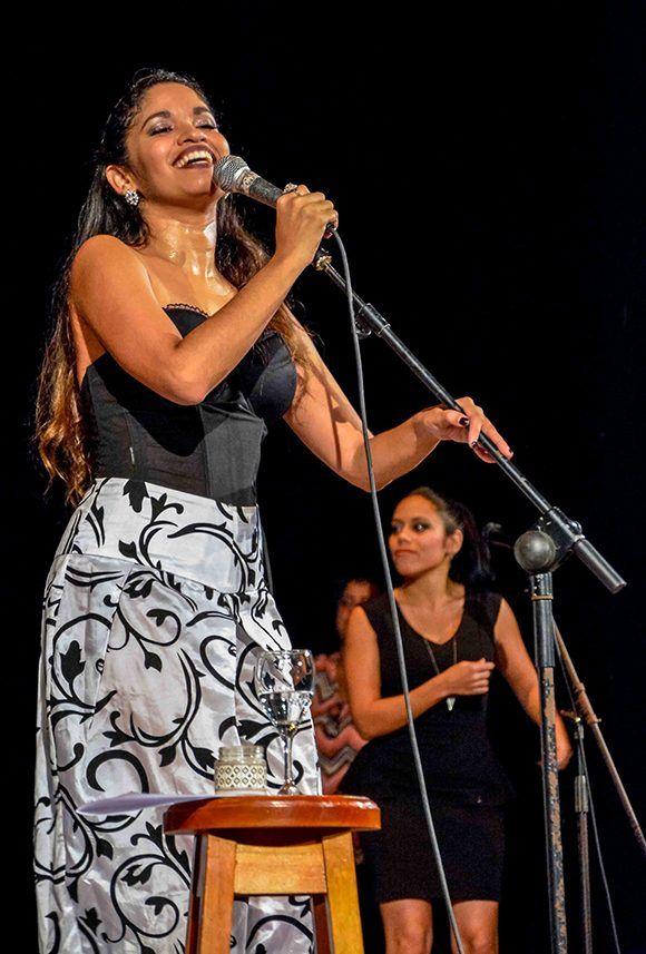La cantante Luna Manzanares, en concierto en el Cine Teatro Tunas. Foto: Yasiel Peña/ ACN.