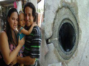 Los padres con la niña. Foto tomada de Radio Ciudad del Mar.