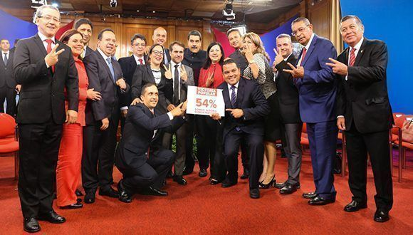 Maduro celebra junto a miembros de su partido, la victoria alcanzada en las elecciones regionales con el 54 por ciento de los votos. Foto: Prensa Presidencial.