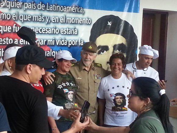 El Comandante de la Revolución Ramiro Valdés Menéndez junto a integrantes de la Brigada Médica cubana. Foto: Brigada Médica Cubana en Bolivia