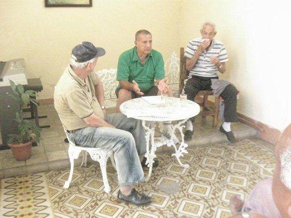 René Zas a la derecha, junto al fotógrafo Armando Hernández y el autor. Foto: Cortesía del autor.