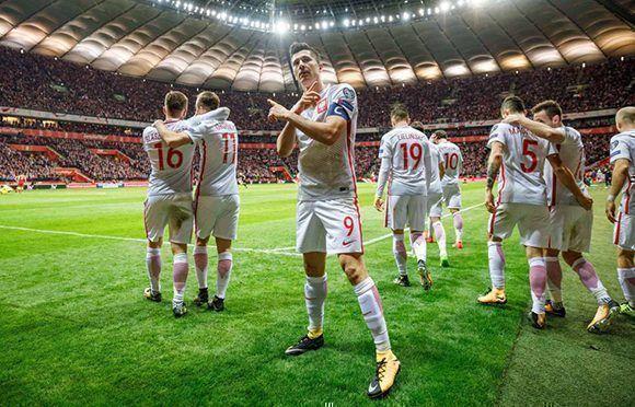 Lewandowski celebra el gol que asegura la clasificación de Polonia a Rusia-2018 y lo coloca como máximo goleador de la clasificatoria europea con 16 tantos, uno más que Cristiano. Foto: Getty Images.