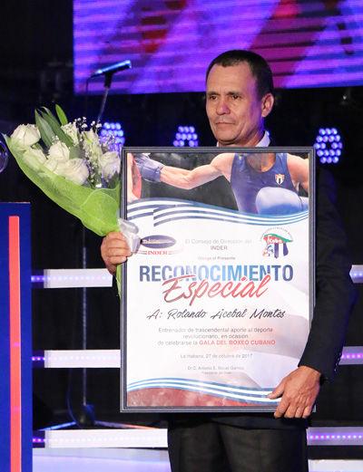El entrenador cubano Rolando Acebal fue reconocido en la Gala del Boxeo. Foto: Mónica Rodríguez/ Jit.
