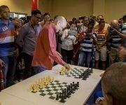 El Gran Maestro cubano Silvino Garcia, abrio la Simultanea de ajedrez en homenaje al Che, Hotel Habana Libre. Foto: Ismael Francisco.