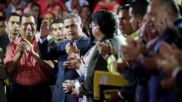 Tareck William Saab saluda el día que fue nombrado como fiscal genereal de Venezuela. Foto: AP.