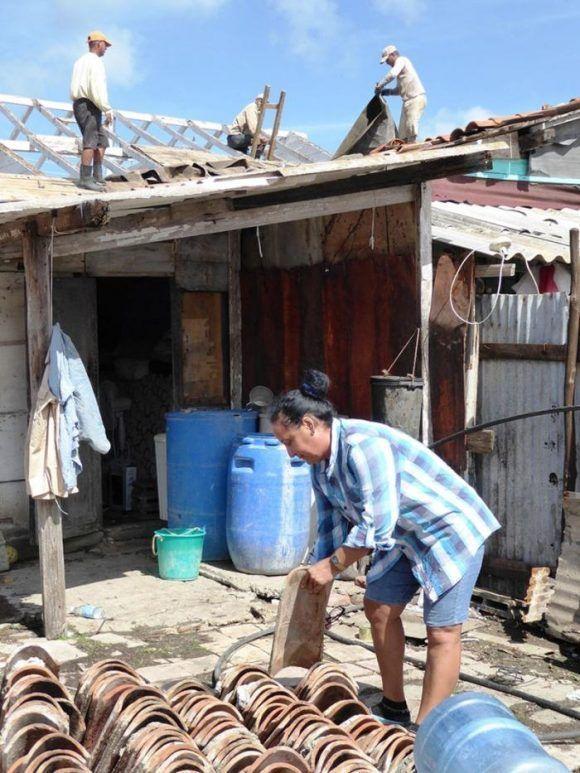 La creación de facilidades temporales resulta una opción viable para las familias que sufrieron derrumbes totales. Foto: Freddy Pérez Cabrera/ Granma.