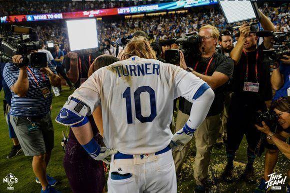 Turner fue el héroe del partido. Foto: Jill Weisleder/Los Angeles Dodgers.