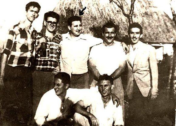 Fidel (al centro) comparte en Los Palos, antigua provincia de La Habana, con un grupo de revolucionarios, entre ellos Abel Santamaría (a su derecha) durante los preparativos del asalto al cuartel Moncada. En la instantánea también están Ñico López, José Luis Tassende y Ernesto Tizol, entre otros. Foto: Revista Bohemia /Sitio Fidel Soldado de las Ideas.
