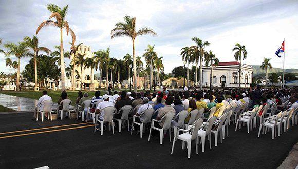 Más de 350 invitados al acto político y ceremonia militar de inhumación de los restos de Carlos Manuel de Céspedes, el Padre de la Patria y Mariana Grajales, Madre de todos los cubanos. Foto: Miguel Rubiera / ACN