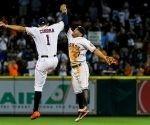El puertorriqueño Correa y el venezolano Altuve celebran la increíble victoria de Astros sobre Dodgers. Foto: Marco Torres/ Houston Press.